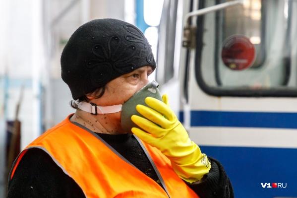 В трамваях и троллейбусах контроллёрам раздали маски ещё на прошлой неделе