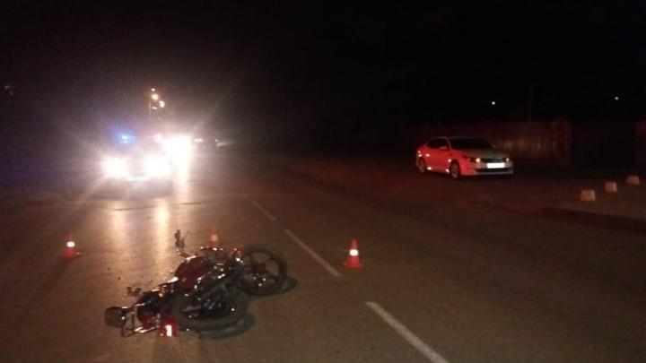 «Он лежал на земле, и кто-то из водителей укрыл его одеялом»: волжанин рассказал об аварии с пострадавшим мотоциклистом