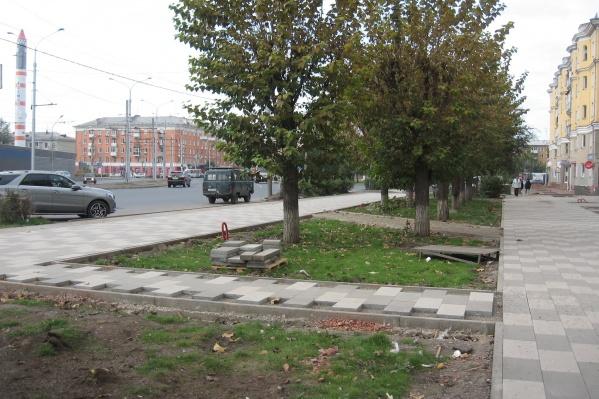 Раньше здесь был один тротуар, но решили сделать два в ущерб зеленой зоне