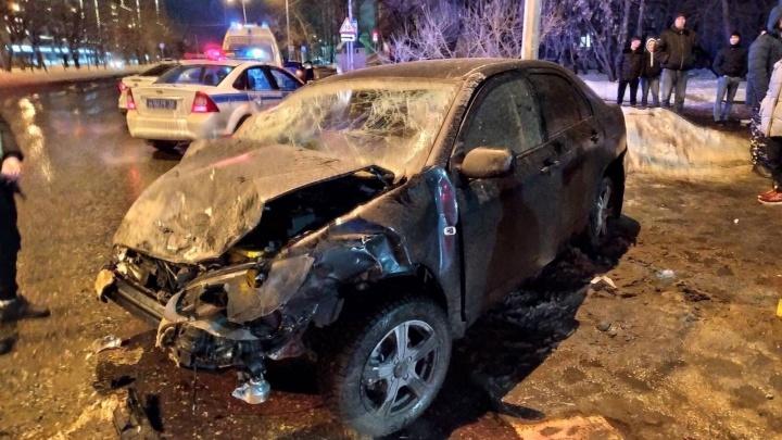 Пьяный водитель устроил в Тюмени аварию с шестью пострадавшими. Одну машину отбросило на пешеходов