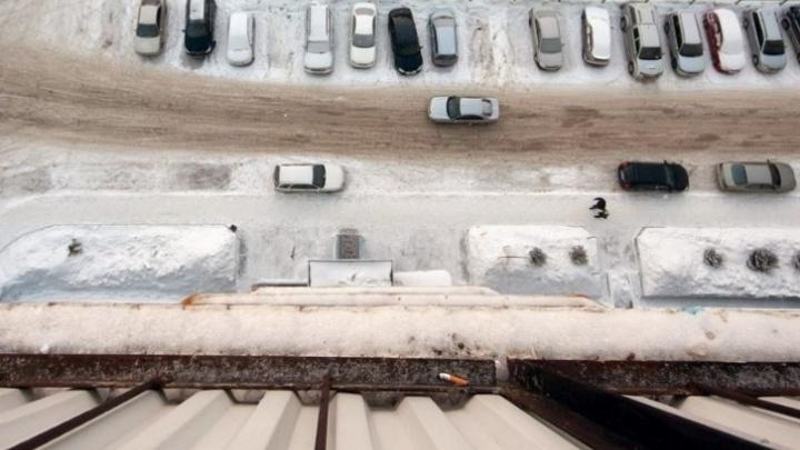 Женщина выпала из окна многоэтажки в Калининском районе Новосибирска