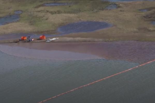 Разлив топлива с высоты полета вертолета