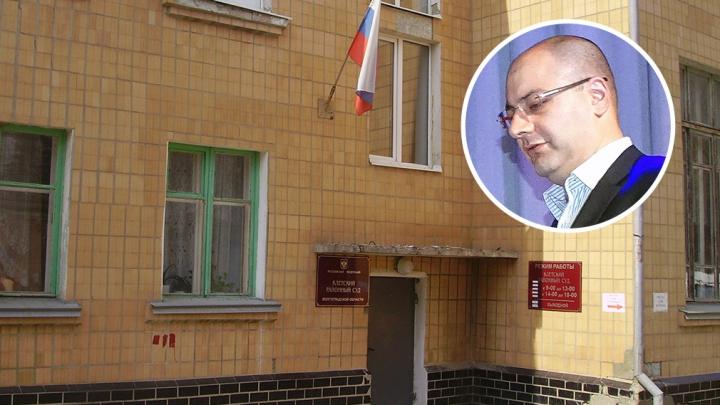 В Волгограде сын депутата, назвавшего бедных пенсионеров алкоголиками, пытается вернуть мантию судьи