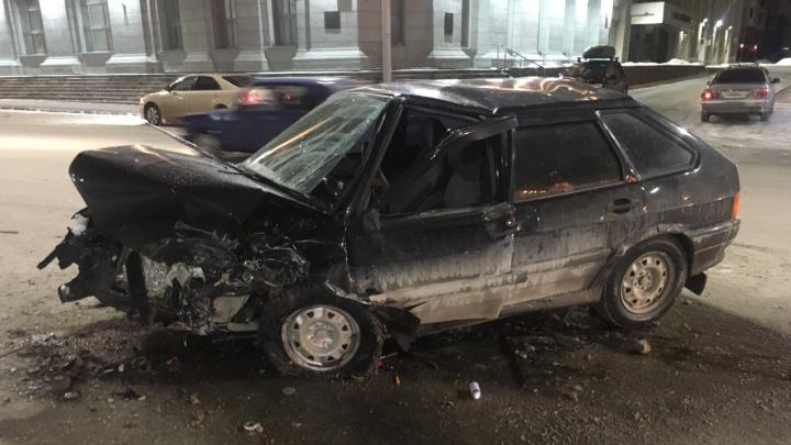 Водитель «Жигулей» получил черепно-мозговую травму после того, как в него влетела Audi на Красном проспекте
