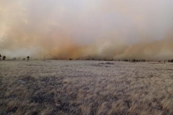 Пожар полыхает в Брединском районе