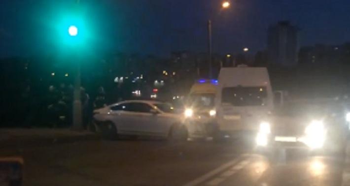 В Волгограде на ГЭС иномарка протаранила маршрутку № 160: есть пострадавшие