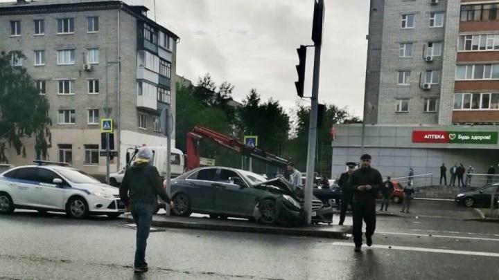 В Тюмени наказали виновного в громкой аварии с Mercedes, влетевшего в столб на Мельникайте
