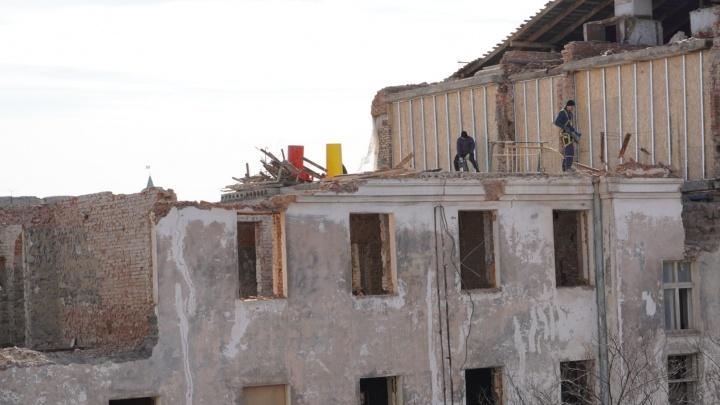 Рабочие начали сносить четвёртый этаж здания бывшего Облпотребсоюза в центре Омска