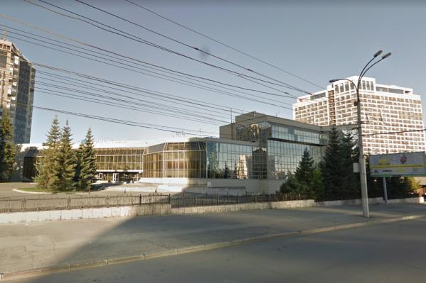 Здание принадлежало банку еще до того, как на нем появилась вывеска «Открытия»: раньше здесь располагался «НОМОС-Банк-Сибирь», который вошел в большую финансовую группу