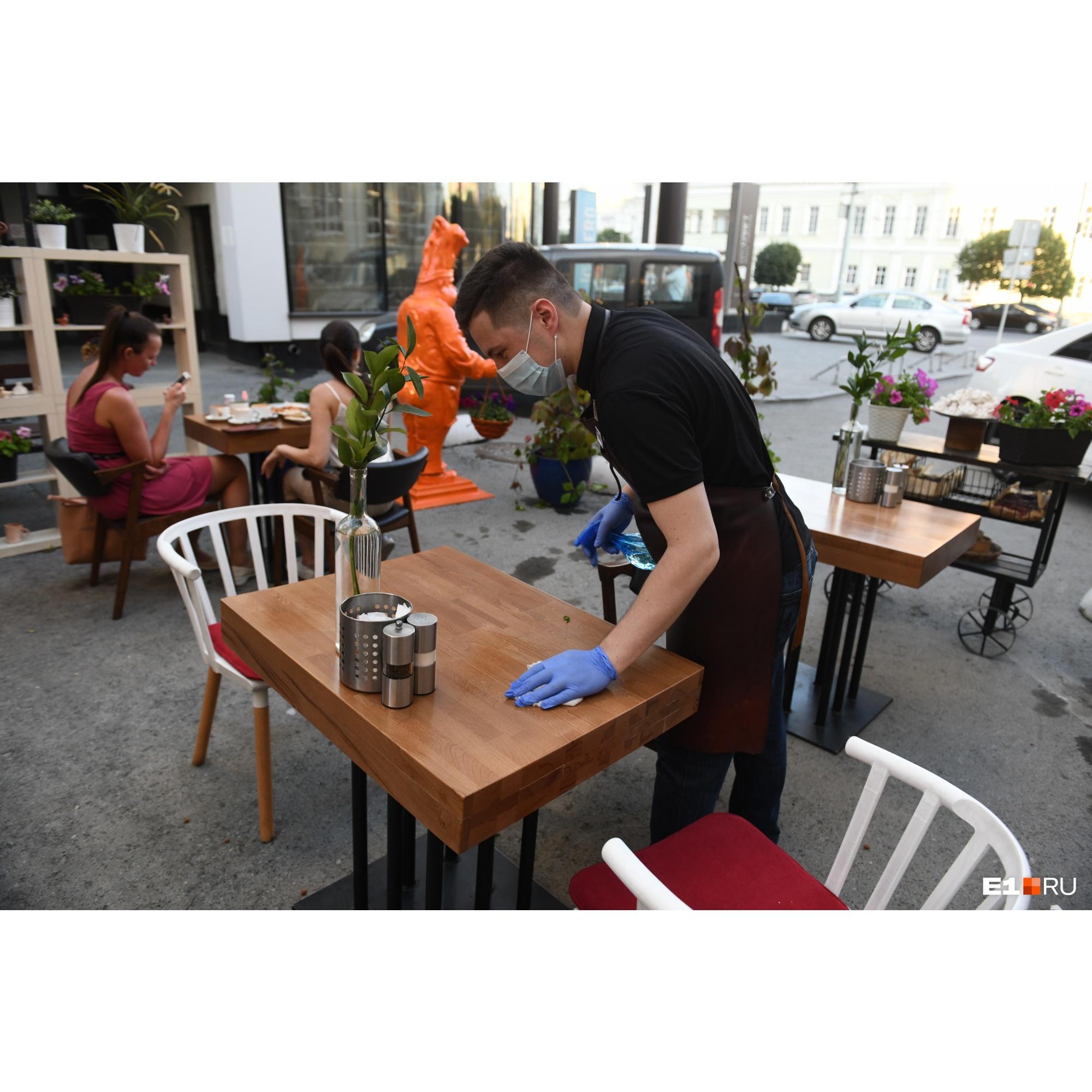 Столы дезинфицируют, а для гостей на столах есть антисептик