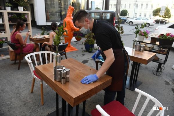 Столики официанты обязаны протирать после каждого гостя