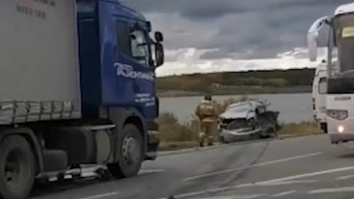 «Тойота» влетела в фуру на новосибирской трассе — один человек погиб