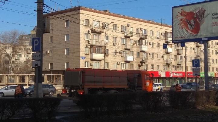 Без мыла, но со щеткой: в центре Волгограда помыли дорожные знаки