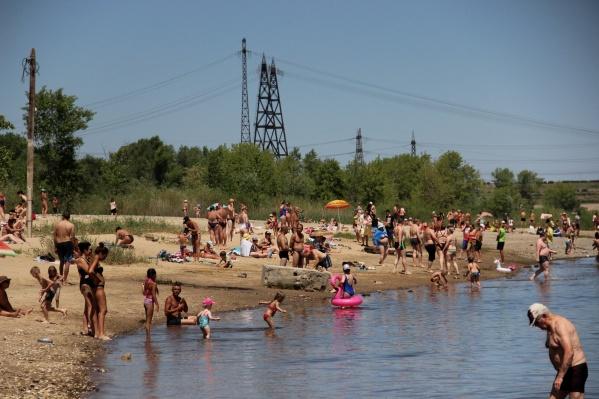 В 40-градусную жару трудно устоять перед соблазном нырнуть в Волгу