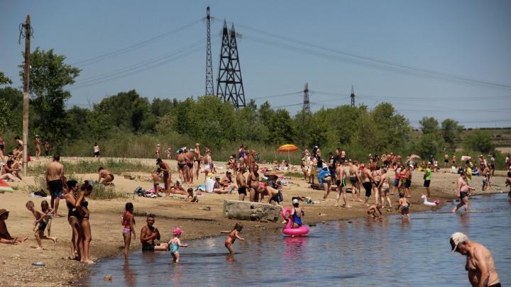 Спасатели разгоняют отдыхающих на диких пляжах Волгограда