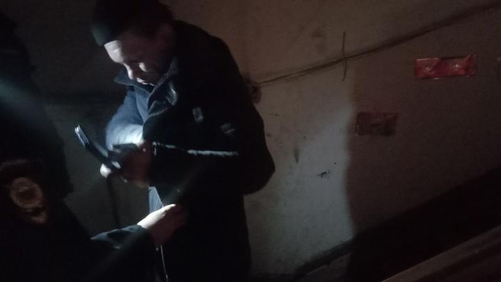 Жители Уралмаша, где поджигают бараки, сдали в полицию мужчину, который пробирался к ним на чердак