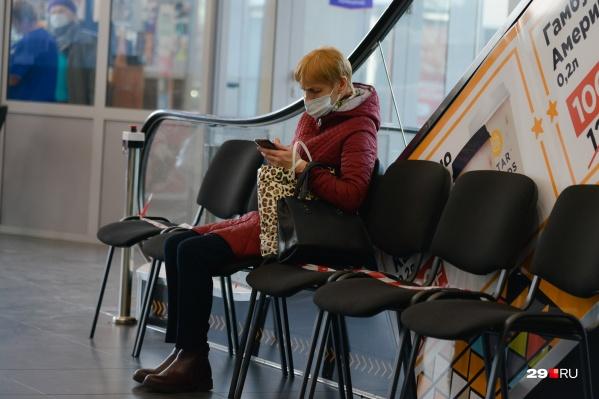 Находиться в масках необходимо в местах массового пребывания людей, в общественном транспорте, такси, на парковках, в лифтах