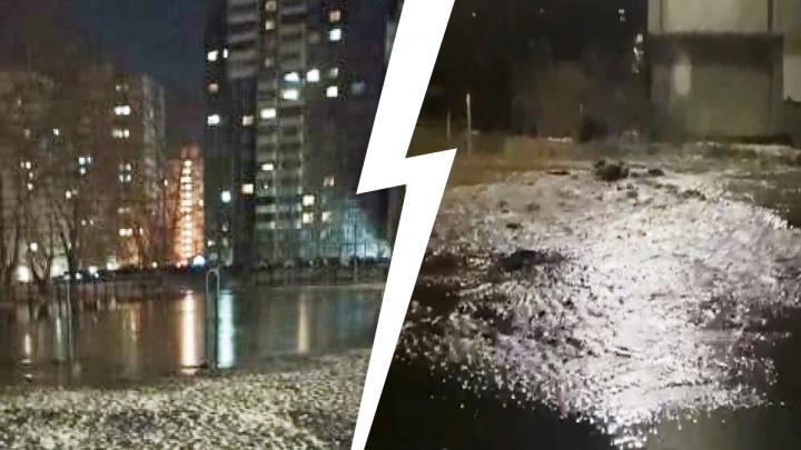 «Затопило всю улицу!» В Пионерском вода хлещет из-под земли, несколько дворов превратились в реку: видео