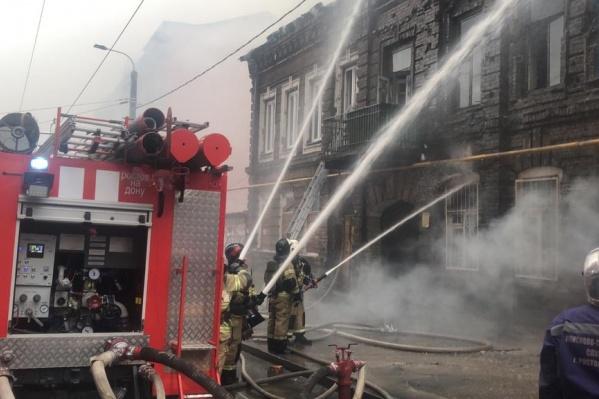 По информации спасателей, загорелась кровля здания