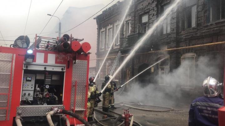 В Ростове загорелся доходный дом Науменко. Публикуем видео с места ЧП
