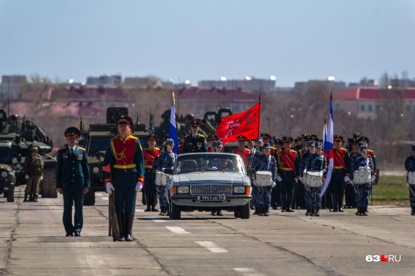 Самарские армейцы репетируют на военном аэродроме Кряж, а ближе к дате парада — на площади Куйбышева