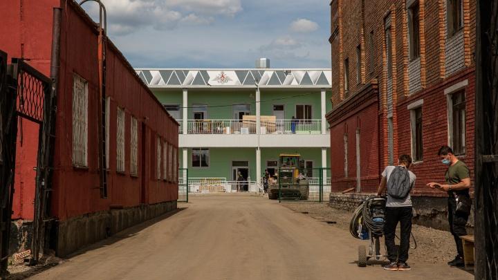 К военному госпиталю в Новосибирске проложили дорогу, но внутрь пока не пускают — 8 секретных фото