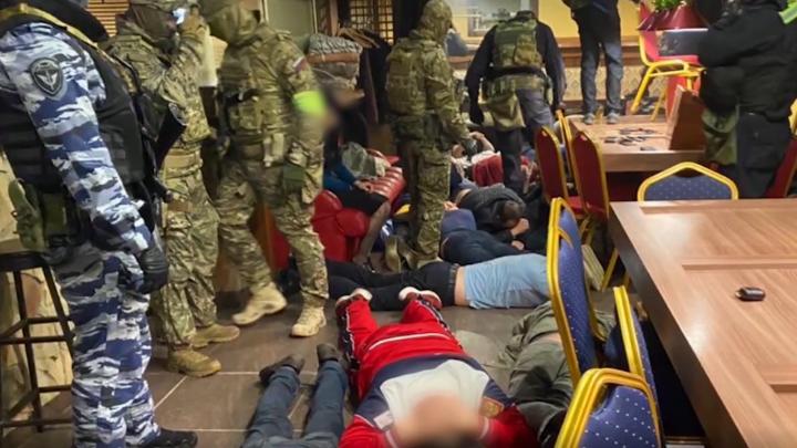 Ворвались силовики в масках: в Ярославле накрыли казино. Видео