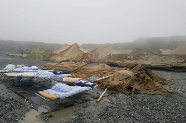 Палаточный лагерь для коронавирусных вахтовиков не выдержал первого ветра