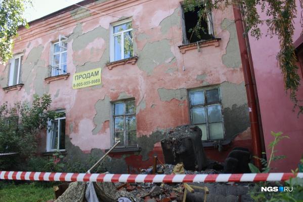 Так выглядит дом № 2 на Владимировском спуске, где этим утром обрушились перекрытия между этажами