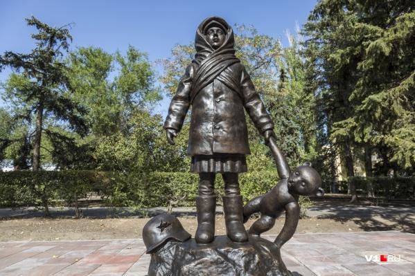 Скульптура девочки с плюшевым медвежонком появилась на площади Ленина