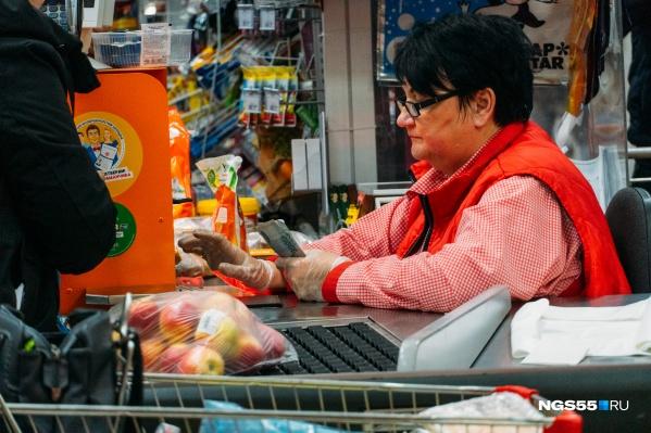 Весной омичи стали чаще заказывать продукты на дом, а если и выбирались в магазин, то предпочитали расплачиваться картой