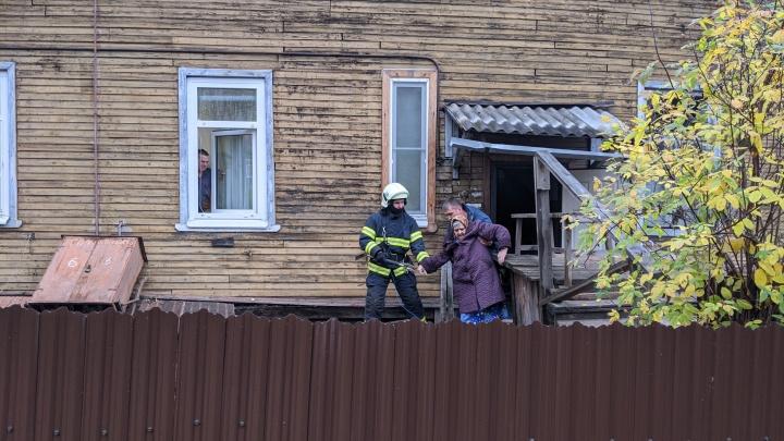 В Архангельске сошел со свай жилой деревянный дом на Розы Люксембург