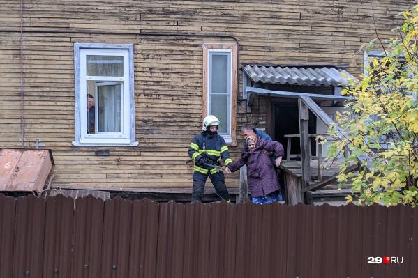 Спасатели помогли выбраться на улицу 88-летней женщине