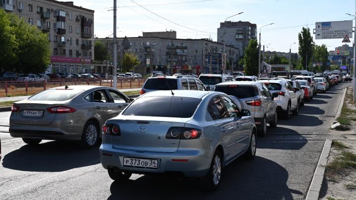 Столкнулись посреди перекрестка: центр Волгограда застыл в километровых пробках