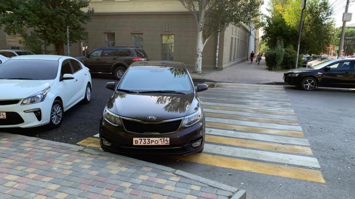 В Волгограде десятке автохамов выписали штрафы за неправильную парковку