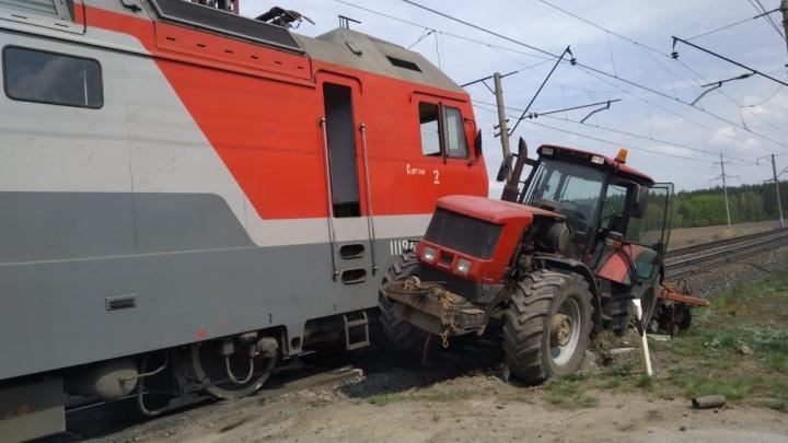 На железнодорожном переезде под Екатеринбургом поезд протаранил трактор