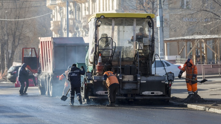 Так делать нельзя, но вышло неплохо: прокуратура проверила укладку асфальта в Волгограде в 15-градусный мороз