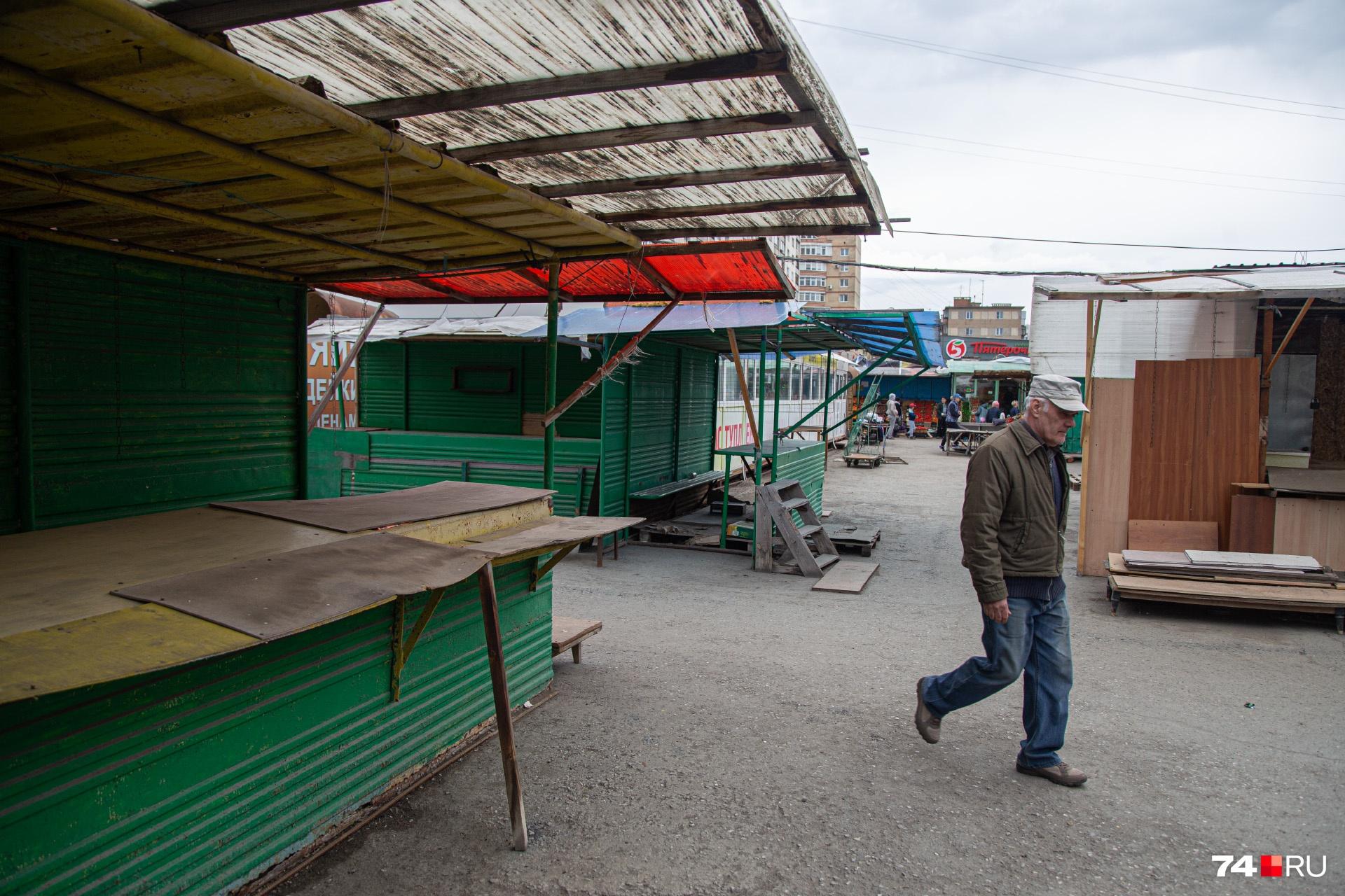 Большинство уличных лотков, где обычно торгуют одеждой, сейчас пустуют
