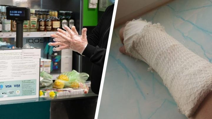 «Скоро будем ходить в касках и бронежилетах?»: волгоградца с переломом руки не пускают в магазин без перчаток