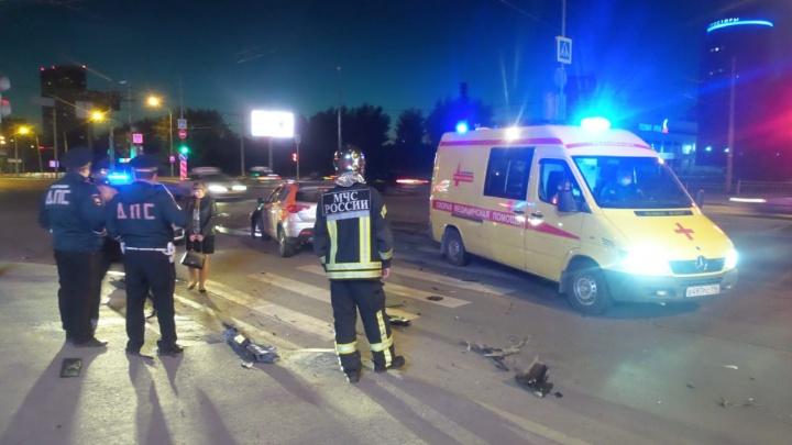 Мужчину увезли с травмой позвоночника: на Уктусе произошла авария с каршеринговым авто