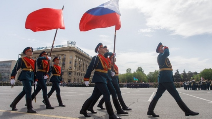 Сцена с красным ковролином и дневной фейерверк: Волгоград готовят к параду Победы