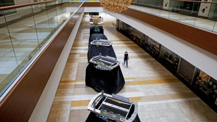 В полумраке — маски и антисептики: как сейчас выглядит торговый центр «Аура». Видео