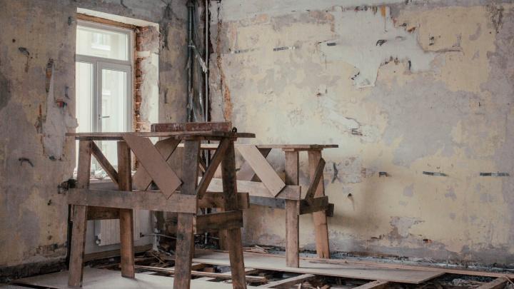 Вместо 4-комнатной квартиры — комната в общаге. Как жители выгоревшей «сталинки» борются за жильё