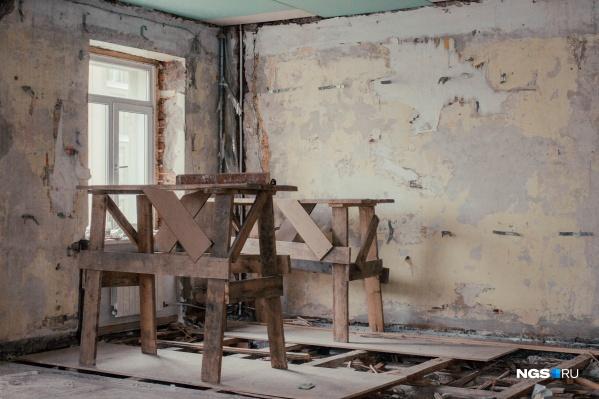 Симпатичная снаружи пятиэтажка на Советской совсем удручающе выглядит внутри. Часть квартир в доме, где год назад произошел сильный пожар, так и стоит без ремонта — их жильцы добиваются компенсации в суде