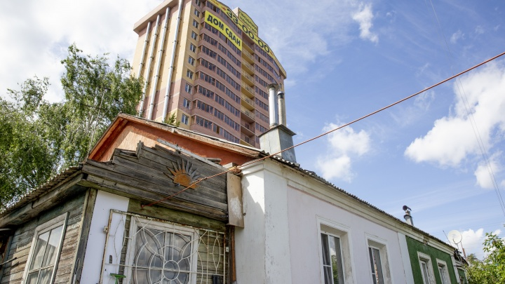 «Нервно! Нервно! Мы не высыпаемся»: в Ярославле впритык к частному дому развернулась стройка высотки