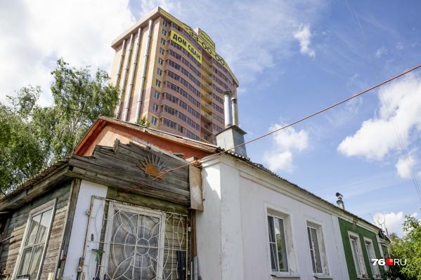 Среди частного сектора в Ярославле выросла многоэтажка, ещё одна — на подходе