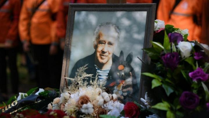 С могилы Владислава Крапивина украли его портрет