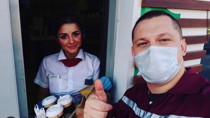 Бесконтактные обеды: в Новосибирске стало популярным заказывать еду прямо в машину