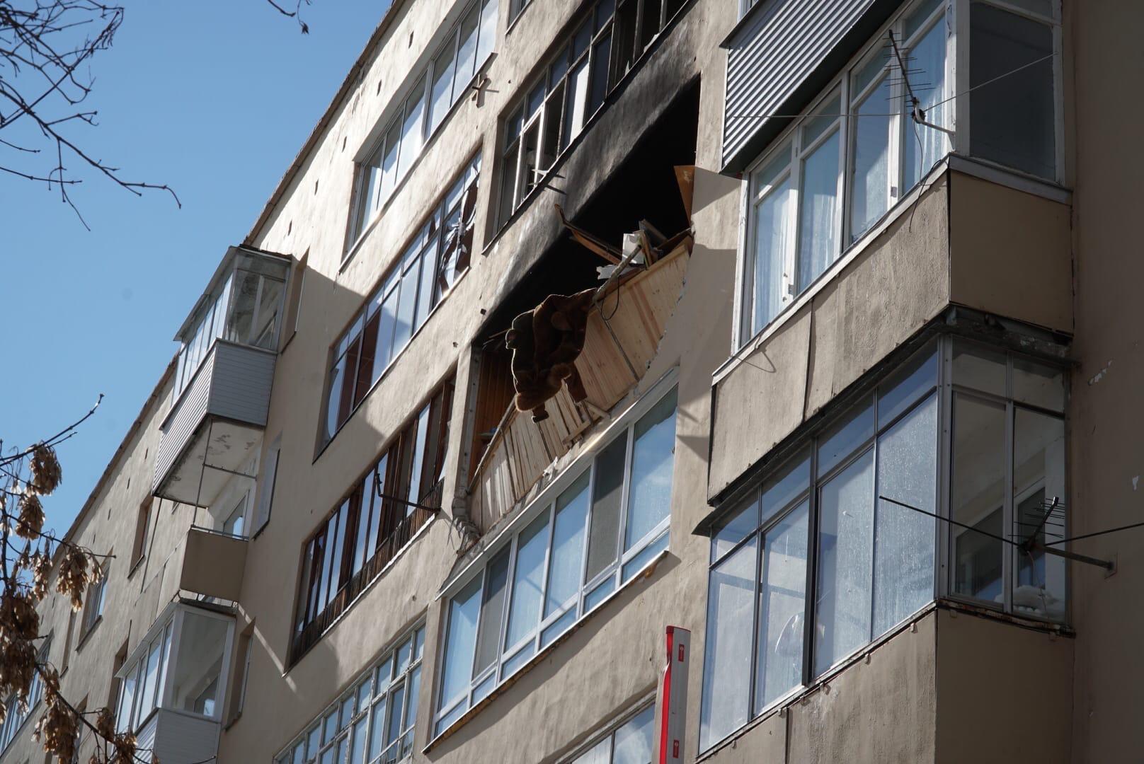 Взрывом повредило балкон