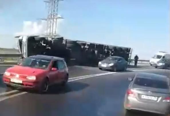 На Краснофлотской развязке опрокинулась фура: пострадал водитель. Видео